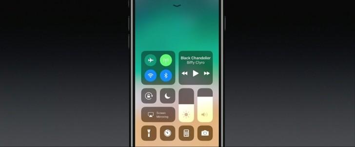 صفحه قفل و مرکز اعلان ها (نوتیفیکیشن) نیز در آی او اس 10 یکپارچه شده اند؛ با حرکت انگشتانتان به سمت پایین بر روی صفحه نمایش (سوایپ به سمت پایین)، صفحه قفل و همچنین مهم ترین نوتیفیکیشن ها به نمایش در می آید، با سوایپ به سمت بالا اطلاعات بیشتر و با سوایپ به سمت چپ نیز ویجیت ها به شما نمایش داده خواهد شد.