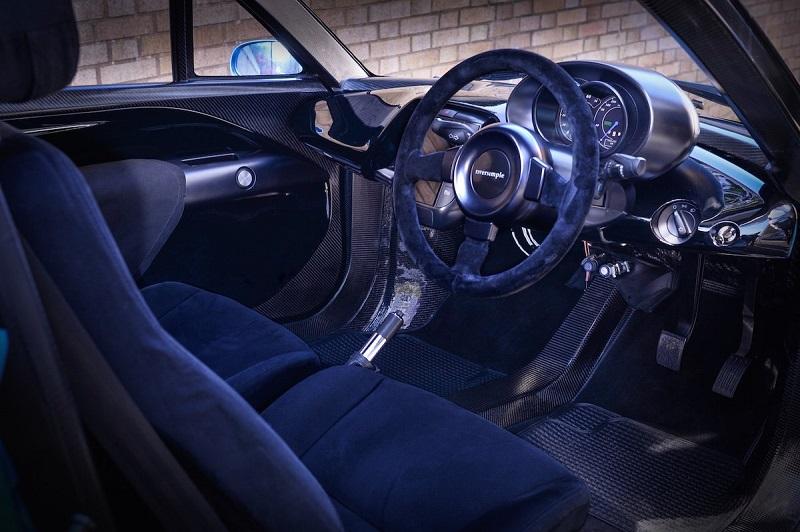 این خودرو با طراحی داخلی زیبایی همراه است. فرمان این خودرو از ماده ای به نام آلکانترا پوشیده شده که حالتی مخملی و لوکس به آن بخشیده است.