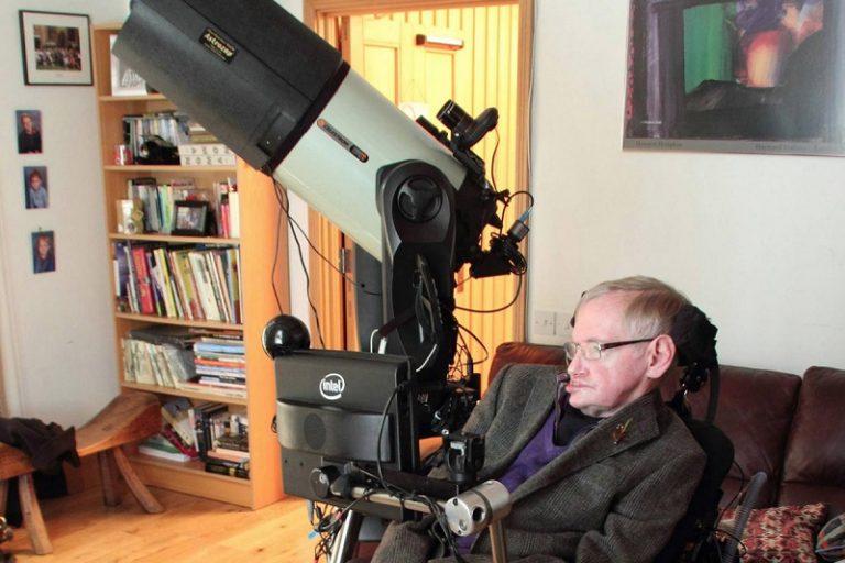 پرفسور هاوکینگ بر روی صندلی چرخدار مخصوصش به همراه کامپیوتر شرکت اینتل. از بیش از ۲۰ سال گذشته، شرکت اینتل تکنولوژی که به کیهانشناس و فیزیکدان شهیر امکان نوشتن کتاب، سخنرانی و برقراری ارتباط با دیگران را داده، در اختیار وی قرار داده است