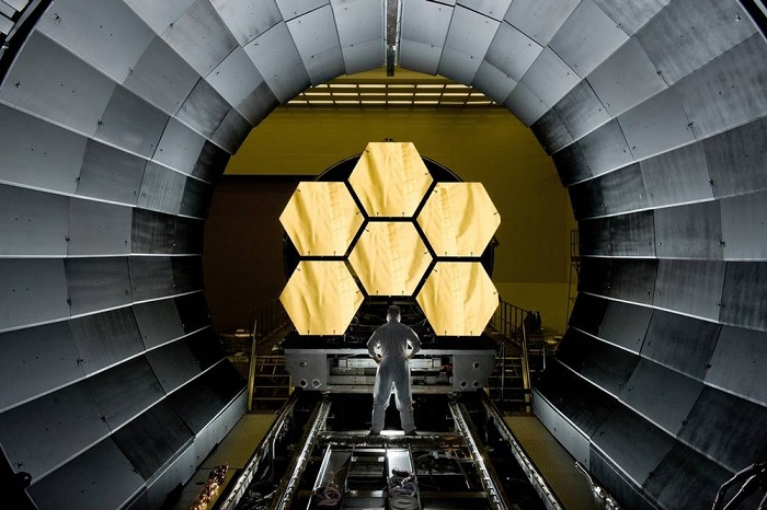 تلسکوپ فضایی جیمز وب، بزرگترین تلسکوپ فضایی ساختهشده دست بشر محسوب میشود. اخترشناسان میخواهند، از تواناییهای تلسکوپ فضایی جیمز وب، برای اهداف فوقالعاده هیجانانگیز، از جمله بازگشت به بیش از ۱۳.۵ میلیارد سال قبل و گشودن اسرار جهان اولیه، اکتشاف کهکشانها و ستارگان و همچنین مطالعه جو سیارات فراخورشیدی (سیاراتی که خارج از منظومه شمسی قرار دارند) استفاده کنند