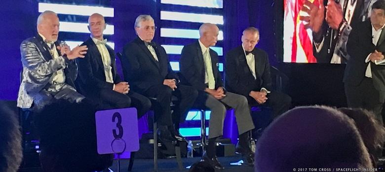 از سمت چپ به راست، باز آلدرین، جف بیزوس، هاریسون اسمیت، مایکل کالینز و والت کانینگهام در مراسم آپولو 11 در بنیاد ShareSpace