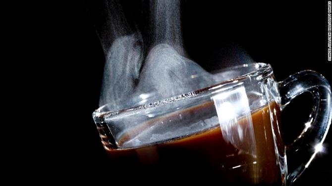 سازمان غذا و داروی ایالاتمتحده آمریکا (FDA)، کافئین را بهعنوان یک دارو و همینطور یک افزودنی غذایی طبقهبندی کرده است. کافئین بهعنوان پرکاربردترین دارو در این سیاره، مغز را برای افزایش هوشیاری تحریک میکند