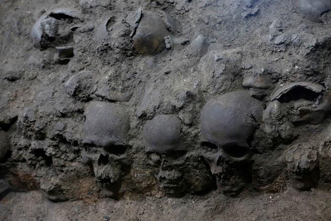 حفاریهای مکزیکوسیتی در سال 2015 شروع شد و تا به امروز 676 جمجمه کشفشده است. سرهای قربانیان پیش از اینکه به معبد اصلی شهر تنوچتیتلان منتقل شوند، در معرض دید عموم قرار میگرفتهاند.  به نظر میرسد، این برج جمجمه که حدود 6 متر قطر دارد، بخشی از عبادتگاهی بوده که برای اویتسیلوپوچتلی برپاشده بود. اویتسیلوپوچتلی در اساطیر آزتک خدای جنگ، خدای خورشید و حامی و پشتیبان شهر تنوچتیتلان بود