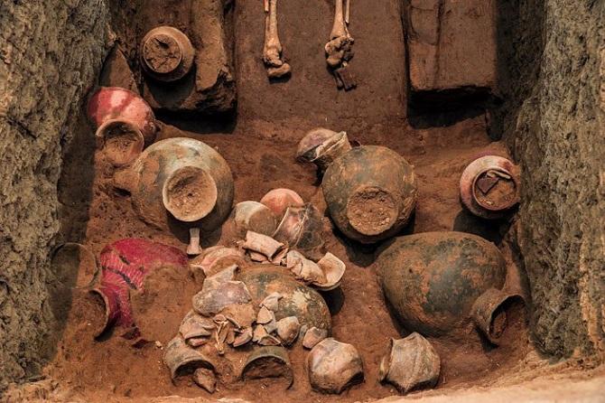 با توجه به اینکه بلندقامتترین مردان در مقبرههای بزرگ پیداشدهاند، ممکن است که آنها افراد مهمی بوده باشند که رفاه بیشتر و به غذا بهتری دسترسی داشتهاند. همچون نقشه خانههای کشف شده از وجود اتاقها و آشپزخانه مجزا خبر میدهد که میتواند برای دهکدهای در 5000 هزار سال قبل رفاهی قابلتوجه محسوب شود و این فرضیه را به اثبات برساند که مردمانی که در جیاجیا زندگی میکردند، زندگی مرفهی داشتهاند