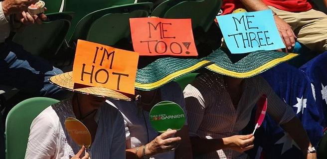 تماشاچیان شوخ طبع مسابقات تنیس آزاد استرالیا در ملبورن، با پلاکاردهای این چنینی از گرمای هوا شکایت کردهاند. مقامهای استرالیایی از مرگ حدود ۲۰ نفر در اثر بروز موج گرمای شدید در جنوب شرق این کشور که در ۱۰۰ سال اخیر بیسابقه بوده، ابراز نگرانی کردهاند.گفته میشود، دمای هوا در دو ایالت ویکتوریا و استرالیای جنوبی به بیش از ۴۰ درجه سانتیگراد (۱۰۴ درجه فارنهایت) هم رسیده است و به بروز اختلال در روند فعالیتهای شهری، خرابی و مرگ منجر شد