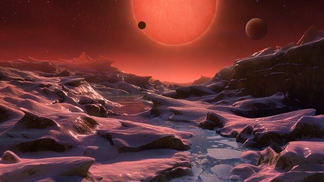 تصویر مفهومی که ستاره کوتوله فوق سرد تراپیست-۱ را از سطح یکی از سیارات سنگی منظومه نشان میدهد. سیارات منظومه تراپیست-۱ در مدار بسیار نزدیکی نسبت به ستاره مادر خود، ستاره کوتوله سرخ (فرا سردی) به اندازه مشتری میچرخند. این ستاره کوتوله روشنایی ۲۰۰۰ برابر کمتر از خورشید ما دارد. سیاره عطارد که در داخلیترین بخش منظومه شمسی واقعشده، نسبت به هفتمین سیاره خارجی منظومه تراپیست-۱، هفت برابر دورتر از خورشید است