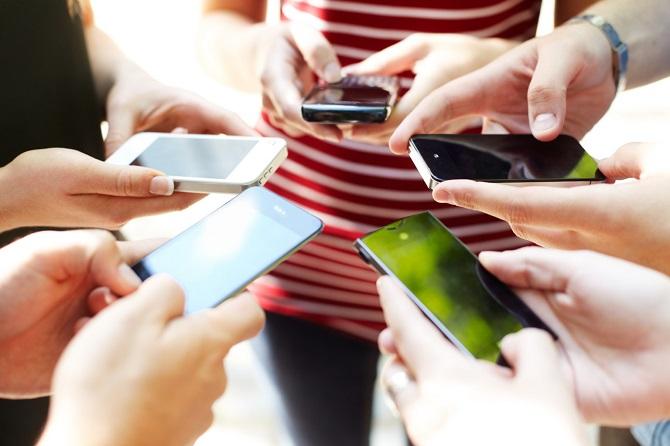 محققان میگویند، باوجودی که گوشیهای هوشمند و شبکههای اجتماعی ممکن است، ابزار خوبی برای بهبود ارتباطات، گسترش دیدگاه ما نسبت به جهان و افزایش آگاهی ما باشند، اما موجب بروز نوعی اضطراب هم میشوند