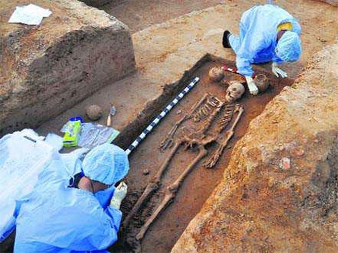 """باستان شناسان بقایای انسانهای غولپیکری با حدود 5000 هزار سال قدمت را در گورستانی باستانی کشف کردند. این استخوانها که در طول حفاری در استان شاندونگ در جنوب شرقی چین کشف شدهاند، نشان میدهند که حداقل یک مرد از این جمعیت باستانی 1.9 متر قامت داشته و دیگر افراد هم 1.8 متر قامت داشتهاند که آنها را به """"غولهای عصر نوسنگی"""" بدل میکند"""