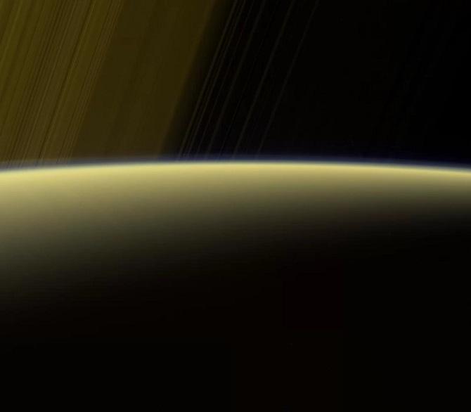 تصویر دیجیتالی که توسط فضاپیمای کاسینی ثبت شده. این تصویر عبور حلقههای زحل را از افق این غول گازی نشان میدهد. تصویر فوق با استفاده از فیلترهای طیفی قرمز، سبز و فرابنفش فضاپیما در 16 ژوئیه 2017، در حالی که گرفته شده که کاسینی در فاصله 1.25 میلیون کیلومتری زحل قرار داشته است. هر پیکسل از این تصویر، حدود 7 کیلومتر است
