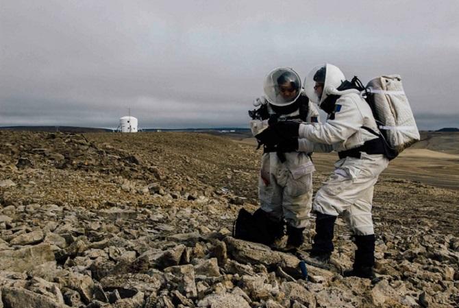 ایده یادگیری از طریق غوطهوری بهروزهای ماموریتهای تاریخی آپولو بازمیگردد. یعنی زمانی که فضانوردان برای سفر خود به ماه آموزش میدیدند. آنها لباسهای فضانوردی را میپوشیدند و ساعتها تمرین میکردند. در این تمرینات، آنها یاد گرفتند که چگونه ویژگیهای مختلف جغرافیایی را شناسایی کنند و چگونه بالباسهای سنگین خود، وظایف مختلف مهندسی را بهخوبی انجام دهند