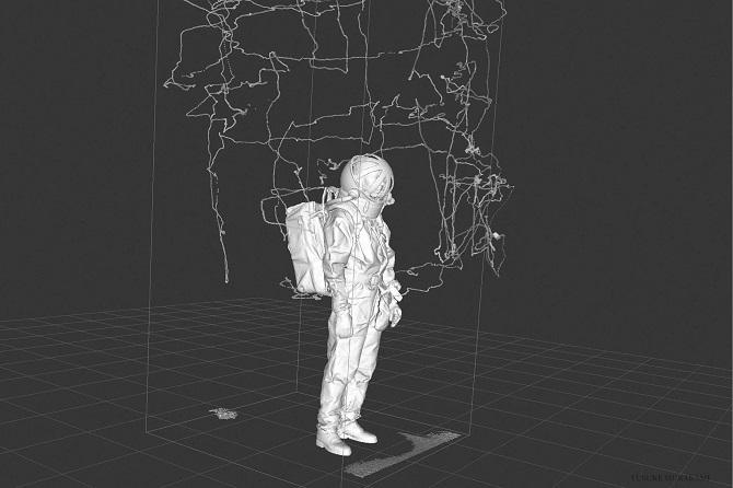 لباسهای فضایی که در بازدید از ماه در طول سری مأموریتهای آپولو و یا راهپیماییهای فضایی در ایستگاه فضایی بینالمللی، توسط فضانوردان پوشیده شده، در زمین حدود 300 پوند (136 کیلوگرم) وزن داشتهاند. درحالیکه این وزن، در شرایط گرانش صفر در مدار پایین زمین و یا بر روی ماه که گرانش تنها یکششم گرانش زمین است، مسئله مهمی بهحساب نمیآید. اما در مریخ باوجود گرانش سطحی ۰٫۳۸ برابر گرانش زمین، وزنی حدود 125 پوند (56 کیلوگرم) احساس میشود، این بار سنگینی برای فضانوردانی محسوب میشود که میخواهند، به کاوش سطح مریخ بپردازند.