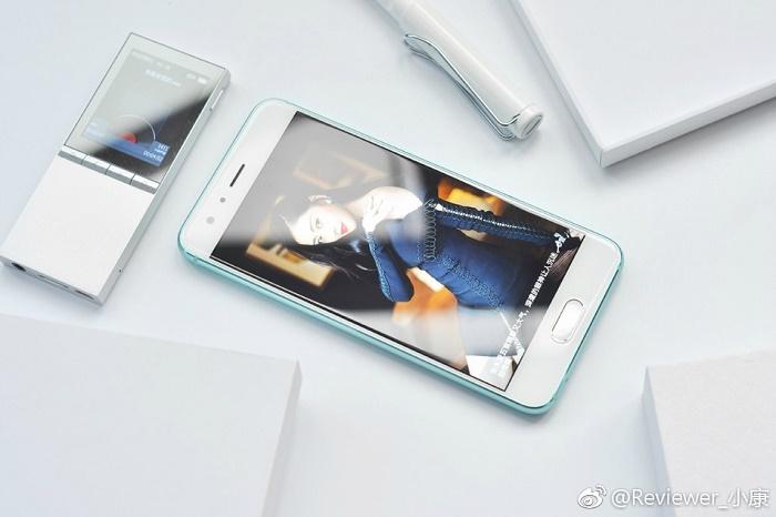 گوشی هواوی آنر ۹ با یک صفحه نمایش ۵/۱ اینچی فول اچ دی و یک اسکنر اثرانگشت که در قسمت پایینی آن قرار گرفته، همراه است.