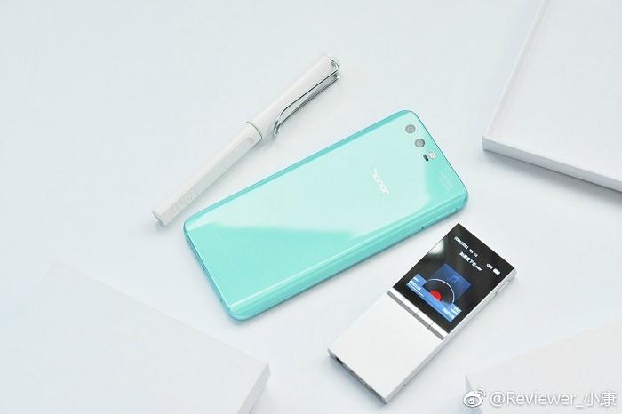 تصاویری از گوشی هوآوی آنر ۹ که چند ماه قبل معرفی شده، در یک رنگ جدید جالب به نام Robin Blue در وب سایت ویبو منتشر شده که واقعا زیبا به نظر می رسند.