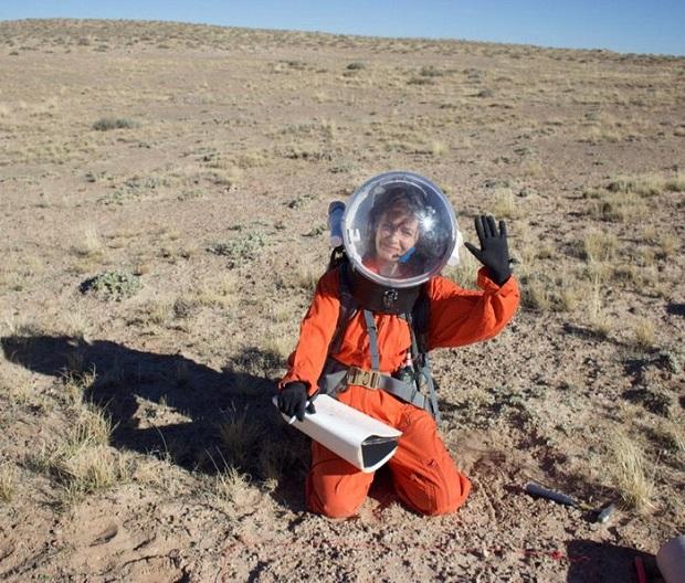 دوون آیلند به لحاظ زمینشناسی و زیستشناسی، شباهت زیادی به چیزی دارد که ممکن است، فضانوردان در مریخ با آن مواجه شوند. نواحی قطبی، نزدیکترین معادلهایی در زمین هستند که میتوانند همان دما و فرایندهای سطحی مریخ را شبیهسازی کنند