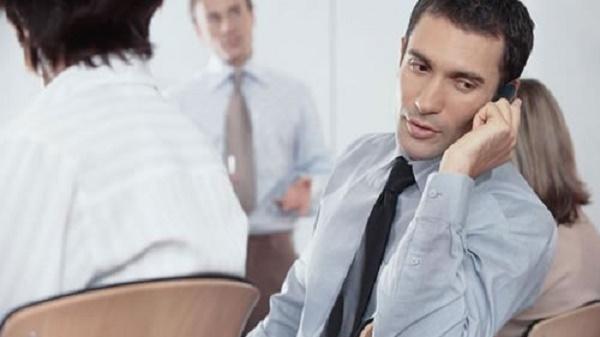 3. توجه به اعلان های موبایل در زمانی که با دیگران صحبت می کنید