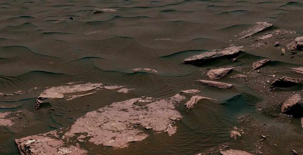 امروز مریخ بیابانی کاملا خشک است، اما در دوران اولیهاش دارای نواحی وسیع مملو از آب و رودخانههایی به عمق ۱۰۰۰ پا (حدود ۳۰۴ متر) بوده است. ولی دانشمندان ناسا توضیحی برای چگونگی باقی ماندن این آب در سطح مریخ به مدت میلیونها سال و بدون وجود آب و هوایی گرم ندارند