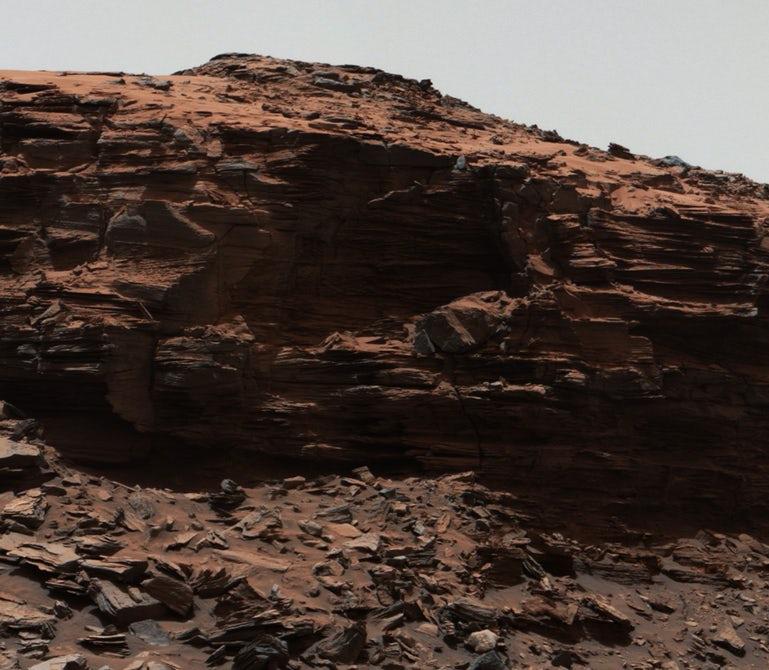 کوه شارپ به ارتفاع پنج کیلومتر، در مرکز دهانه برخوردی گیل به عرض ۱۵۴ کیلومتر واقعشده است. کاوشگر کریاسیتی که از زمان فرود در سال ۲۰۱۲ تاکنون، مشغول درنوردیدن سطح سیاره سرخ است، پس از رسیدن به این دهانه شواهدی کشف کرده که نشان میداد. این ناحیه میتوانسته در گذشتهای باستانی از حیات میکروبی برخوردار بوده باشد