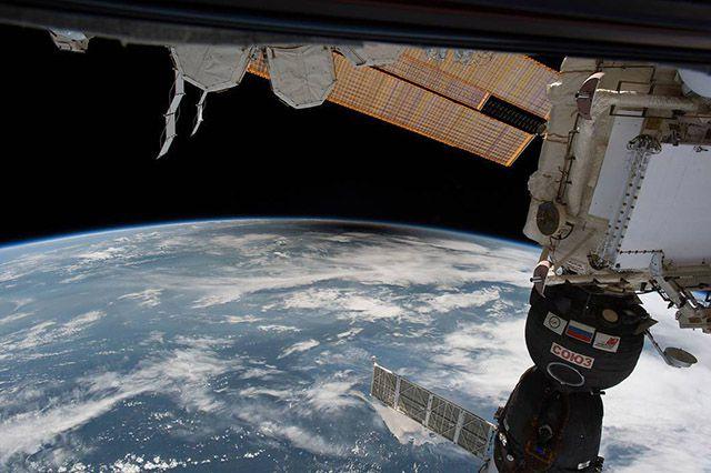 نمایی از خورشید گرفتگی از فضا