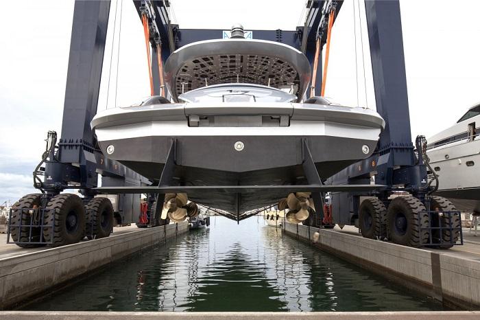 """رونالد هیلر، مدیرعامل F.A. Studio Pprsche در بیانیه ای اعلام کرد: """"کشتی داینامیک جی تی تی 115 با الهام از قدرت خودروهای اسپرت و دریاهای وسیع، به گونه ای طراحی شده که برای عاشقان خودرو خوشایند باشد و البته نظر علاقه مندان به کشتی را نیز جلب کند."""""""