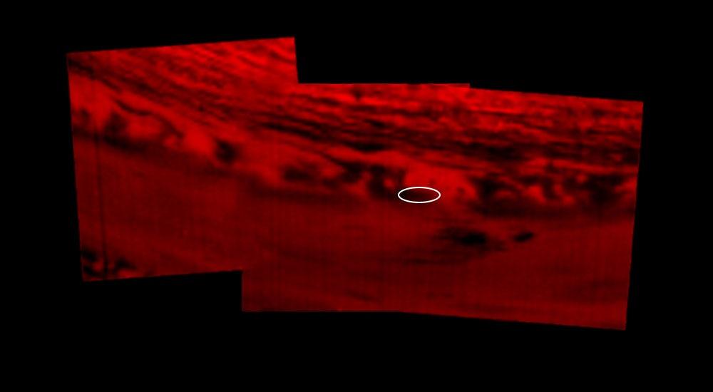 عکس مونتاژ شدهای که توسط ابزار طیفسنج نقشهبردار مادونقرمز و نور مرئی فضاپیما (VIMS) گرفته شده و موقعیت مکانی کاسینی را در 15 سپتامبر (جمعه هفته گذشته) نشان میدهد