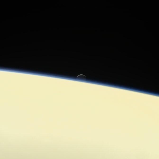 ناپدید شدن قمر انسلادوس در 13 سپتامبر در افق، یکی از آخرین عکسهای کاسینی