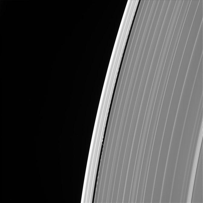 عکسی از حلقه بیرونی زحل که در آن قمر دفنیس هم دیده میشود. این عکس هم در روز 13 سپتامبر گرفته شده است