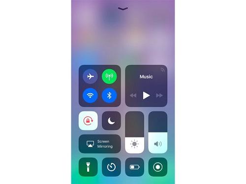 کنترل سنتر جدید به شکل زیر است؛ بدون Night Shift. گول علامت ماه را نخورید چرا که این دکمه برای قابلیت «مزاحم نشوید» طراحی شده است.
