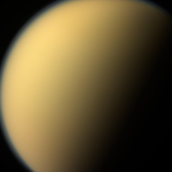 عکسی محو از قمر غولپیکر تیتان. کاسینی هنگامی این عکس را شکار کرده که در آخرین لحظات ماموریتش به سر میبرد