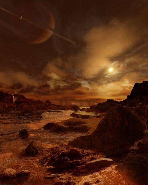 تصویر هنری از قمر تیتان، هنگامی کاسینی به تیتان رسید، خود را در برابر دنیایی دید که شباهت غریبی به دوران اولیه زمین داشت، یعنی زمانی که هنوز حیات در سیاره ما شکل نگرفته بود. فضاپیمای کاسینی با گذرهای مکرر خود از این قمر، موفق به کشف شواهدی از وجود شرایطی مطلوب برای شکلگیری زندگی میکروبی در این قمر شد