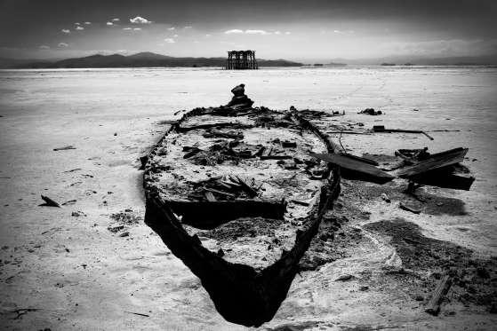 بقایای یک قایق کوچک در دریاچه شور ارومیه. به نظر میرسد، این عکس متعلق به آینده است، درحالیکه همین تیر ماه سال گذشته گرفته شده است. در این عکس رودخانهای را مشاهده میکنیم که بیشتر به یک بیابان شبیه است
