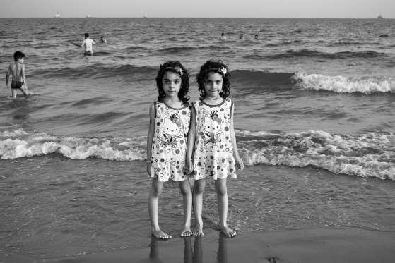 دو دختربچه دوقلو در سواحل آبهای گرم خلیجفارس. شاید در اواسط دهه 2070 هنگامیکه این دختران کوچک، زنانی سالخورده شوند، «امواج گرمای» حاصل از تغییرات آب و هوایی به شدتی خواهند رسید که این نواحی خلیجفارس برای زندگی کردن دیگر بسیار گرم خواهند بود
