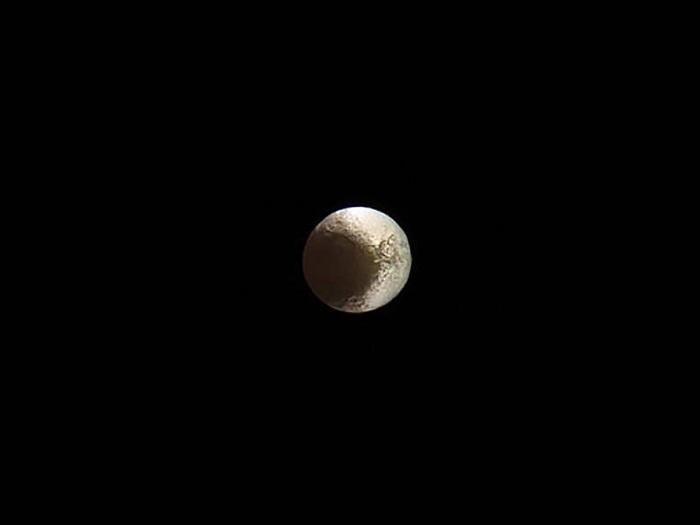 قمر لاپتوس سیاره زحل کمی غیر متعادل است؛ بخشی از آن روشن تر از بخش دیگر است. یک نظریه قابل قبول مدعی است که این کنتراست به دلیل گرد و خاک های خارجی که روی بخشی از قمر قرار می گیرند به وجود آمده، در حالیکه یخ ها متغیر بخش دیگر را تشکیل داده اند. این تصویر نجومی هفته توسط فضاپیمای کاسینی به ثبت رسیده است. این فضاپیما روزهای پایانی خود را به سر برده و در درک بهتر این سیاره به دانشمندان کمک کرده است.