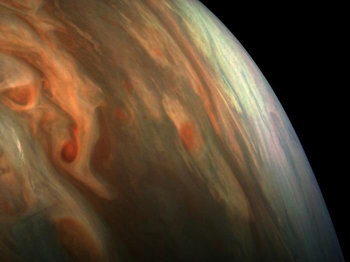 این تصویر نجومی هفته ، طیف های زیبای سیاره مشتری را نشان می دهد؛ البته رنگ های این تصویر بهینه شده اند. عکسی که مشاهده می کنید توسط فضاپیمای جونو در فاصله 4700 مایلی (7563.9 کیلومتر) از بالای این سیاره ثبت شده است.