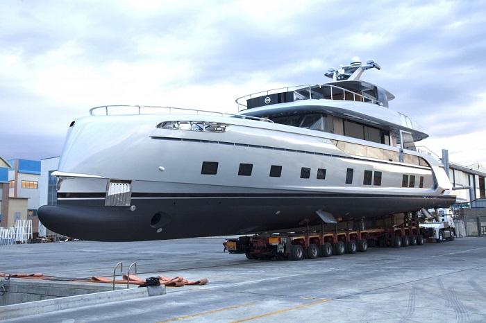 اینجاست! کشتی GTT 115. این کشتی با خاکستری رادیومی متالیک رنگ آمیزی شده و طول آن به 35 متر می رسد.