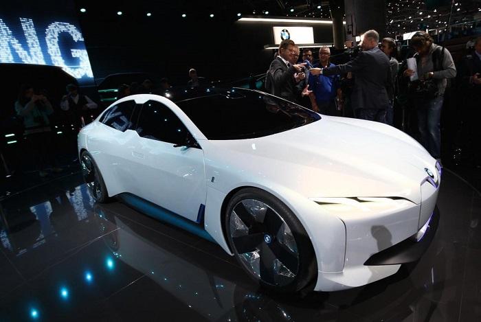 پانی بزرگ و محبوب بی ام و نیز در این نمایشگاه حضور داشت. این خودروساز از سدان اسپرت الکتریکی جدید به نام I Vision Dynamics رونمایی کرد. بسیاری معتقدند که این خودرو با نام بی ام و i5 کار خود را آغاز خواهد کرد.