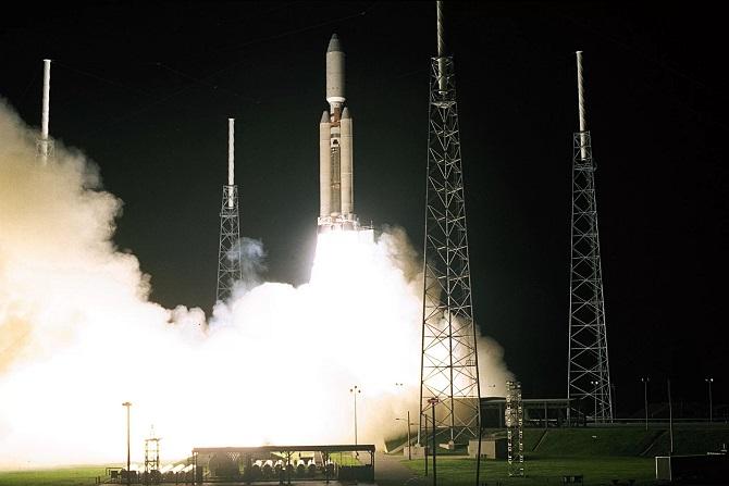 ماموریت تاریخی فضاپیمای کاسینی با پرتاب از روی یک موشک تیتان آی وی بی در ۱۵ اکتبر ۱۹۹۷ آغاز شد. این فضاپیما تاکنون مسافتی حدود ۳.۵ میلیارد کیلومتر را در فضا پیموده است. پس از دو دهه حضور در فضا، مأموریت کاوشگر کاسینی روز ۱۵ سپتامبر(۲۴ شهریور) سال ۲۰۱۷، با شیرجه مرگبار در جو سیاره زحل به پایان خواهد رسید
