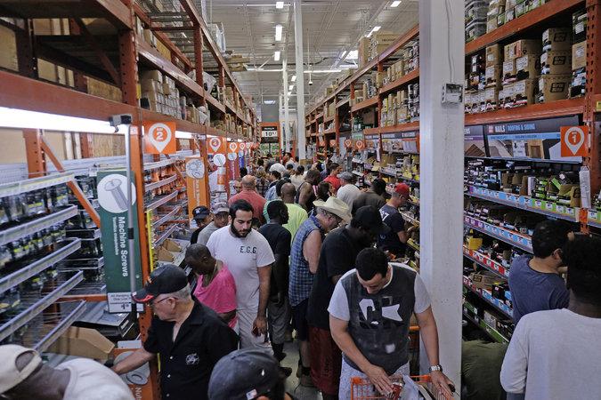 روز جمعه 17 شهریور (8 سپتامبر) | مردم حومه فلوریدا به فروشگاهها هجوم آوردهاند تا برای آمادگی در برابر طوفان ایرما، مایحتاج خود را تامین کنند.