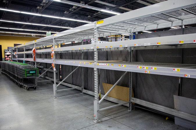 روز جمعه در میامی | قفسههای بطریهای آب در فروشگاه والمارت که به دلیل هجوم مردم از ترس کمبود مواد غذایی به دلیل طوفان ایرما، خالی شده است.