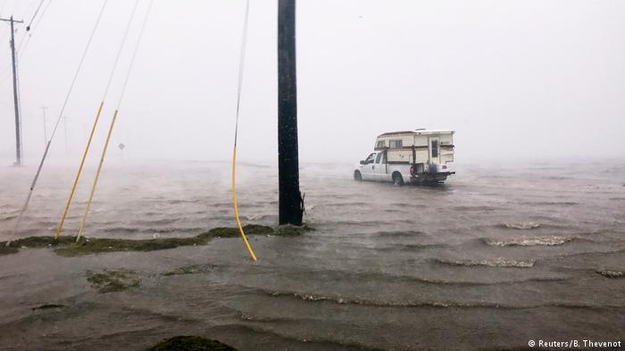 شنبه 4 شهریور (26 آگوست)، طوفان هاروی به سواحل شهر بندی کورپس کریسیتی در تگزاس رسید. شدت این طوفان از درجه 4 بود و پیش از رسیدن به تگزاس به درجه 3 کاهش یافته بود.