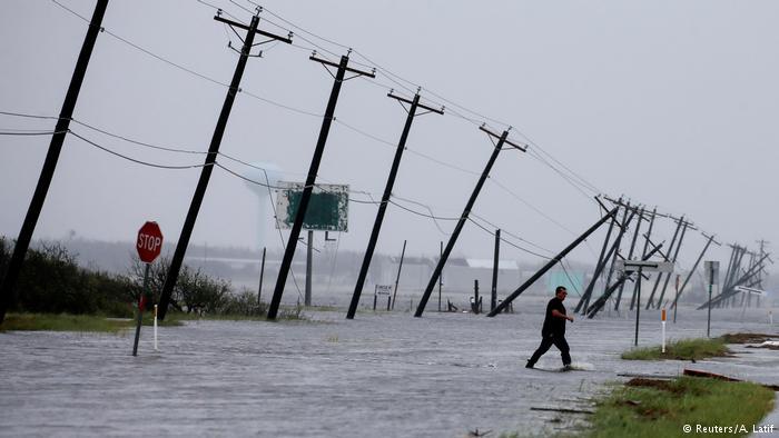 شبکه برق تگزاس با خسارات بسیار زیادی مواجه شد و صدها هزار نفر بدون برق باقی ماندهاند.