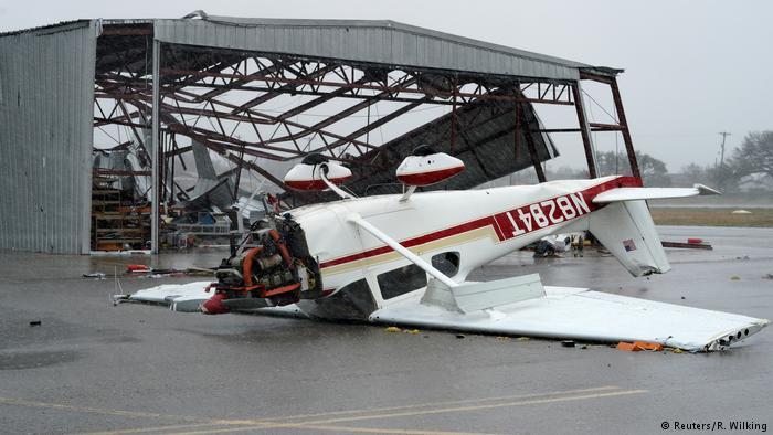 طوفان هاروی حتی به هواپیماهای آرام گرفته در آشیانه نیز رحم نکرد و باعث انهدام آنها شد.