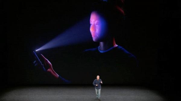 اپل آیفون ایکس شامل ویژگی تشخیص چهره سه بعدی است که فیس آی دی (Face ID) نامیده میشود