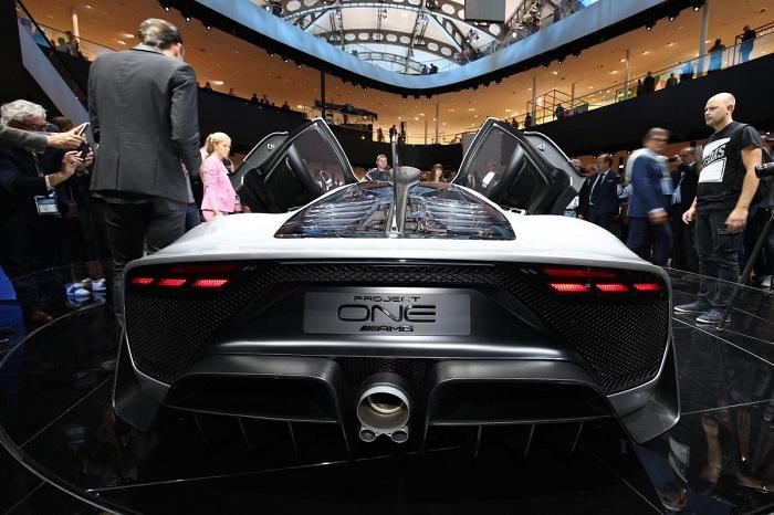 این خودرو قدرتی معادل 1000 اسب بخار دارد که موتور 6 سیلندر خورجینی با حجم موتور 1.6 لیتر در کنار موتورهای الکتریکی، این ترکیب پیچیده را ایجاد می کنند.