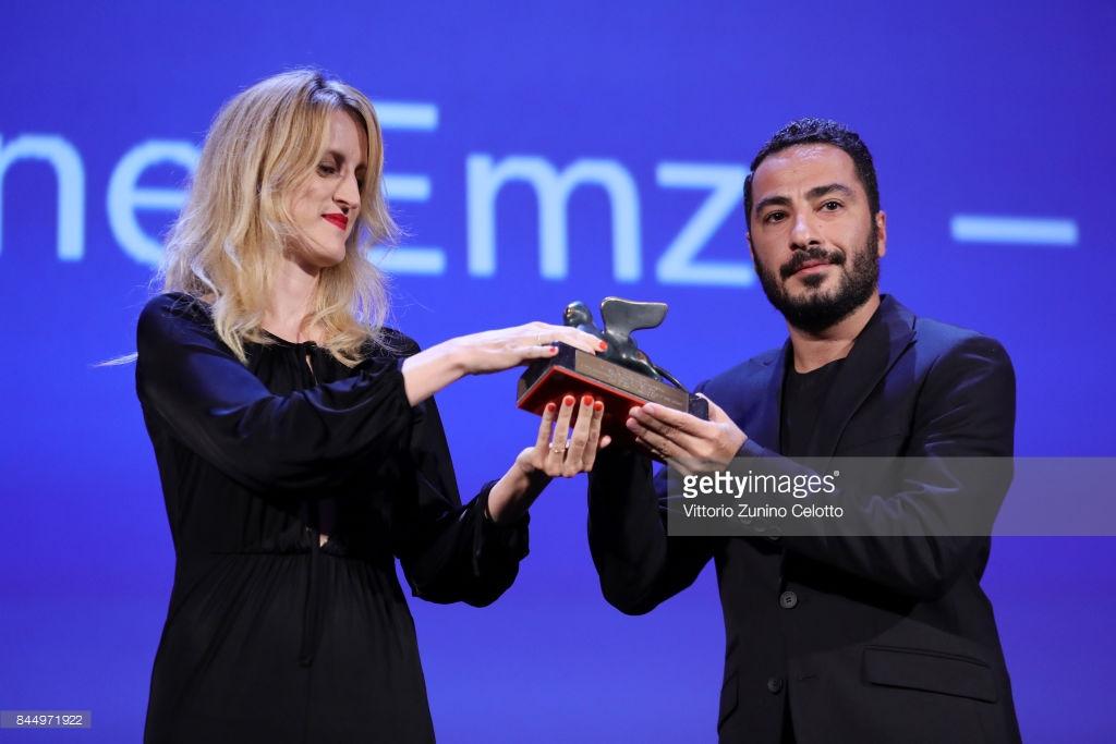 نوید محمدزاده در حین دریافت جایزه بهترین بازیگری بخش افق های نو