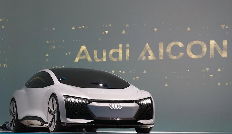 آئودی نیز کانسپت الکتریکی آیکون (Aicon) را معرفی کرد؛ این خودرو با یک شارژ کامل می تواند مسافت 400 مایل (643.7 کیلومتر) را طی کند. این خودرو همچنین از شارژ بیسیم پشتیبانی کرده و باتری آن در عرض 30 دقیقه تا 80 درصد شارژ می شود.