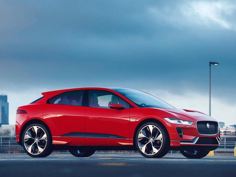 1. جگوار برای اولین بار از اس یو وی الکتریکی I-PACE در نمایشگاه خودروی لس آنجلس رونمایی کرد؛ اما اخیرا تصاویری از این خودرو را در رنگ قرمز خیره کننده به نمایش گذاشته است. این SUV نسخه نهایی خودرویی خواهد بود که تا پایان سال 2018 به بازار عرضه می شود.