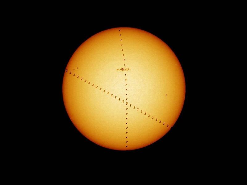 در این تصویر ردی از یک پرنده و ایستگاه فضایی بین المللی، حرف X را ایجاد کرده اند. گروهی از ستاره شناسان آژانس فضایی اروپا این عکس شگفت انگیز از یک پرنده و ایستگاه فضایی را ثبت کرده اند. ایستگاه فضایی با سرعت 18000 مایل بر ساعت (28968 کیلومتر بر ساعت) به دور زمین می گردد. با اینحال سرعت آن با این پرنده برابر شده تا با هم عکسی با پس زمینه خورشید را ثبت کنند.