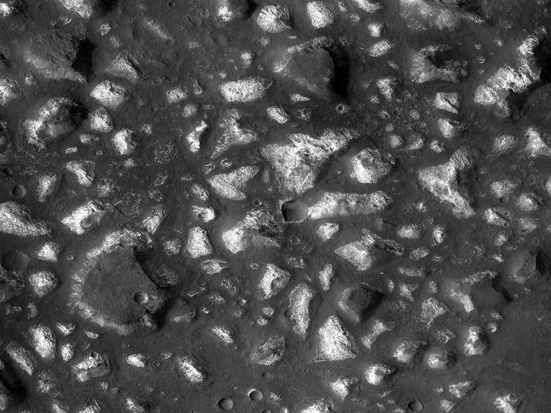 دانشمندان هنوز هم در حال تلاشند تا بدانند که مریخ در روزهای اولیه خود چه شکلی داشته است. این تصویر که توسط مدارگرد Mars Reconnaissance به ثبت رسیده، شواهدی از رسوباتی را نشان می دهد که در اثر فعالیت های آتشفشانی در زیر منبعی از آب به وجود آمده است. همین شرایط در روزهای اولیه زمین به شکل گیری حیات منجر شده بود.