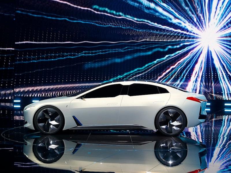 یکی دیگر از خودروهای الکتریکی که توسط این خودروساز معرفی شد، بی ام و آی ویژن دینامیکس (I VisionDynamics) بود که محدوده مسافتی آن به 373 مایل (600 کیلومتر) رسیده و حداقل سرعت آن به 120 مایل بر ساعت (193.1 کیلومتر بر ساعت) می رسد.