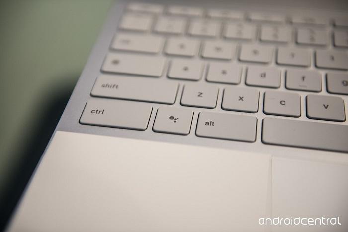 روی صفحه کلید گوگل پیکسل بوک یک کلید مجزا برای دستیار هوشمند گوگل اسیستنت در نظر گرفته شده که می تواند در انجام دادن بسیاری از کارها به شما کمک کند.